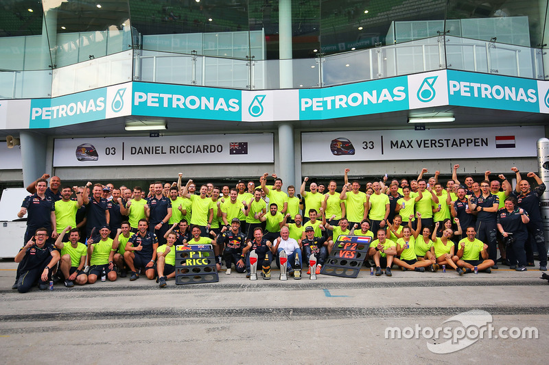 Race winner Daniel Ricciardo, Red Bull Racing celebrates with team mate Max Verstappen, Red Bull Racing; Christian Horner, Red Bull Racing Team Principal; Dr Helmut Marko, Red Bull Motorsport Consultant; and the team