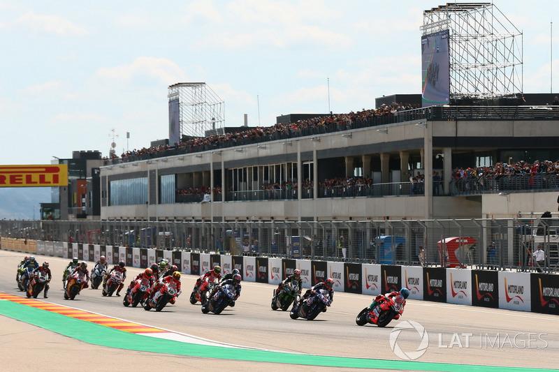 Marco Melandri, Aruba.it Racing-Ducati SBK Team, prend la tête au départ
