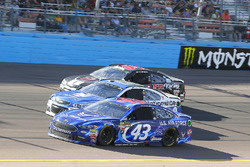 Aric Almirola, Richard Petty Motorsports Ford, Dale Earnhardt Jr., Hendrick Motorsports Chevrolet and Kyle Weatherman, Rick Ware Racing, Prevagen Chevrolet SS