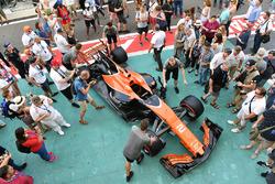 Автомобиль McLaren MCL32 и болельщики