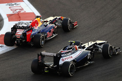 Sebastian Vettel, Red Bull Racing RB8 passes Bruno Senna, Williams FW34