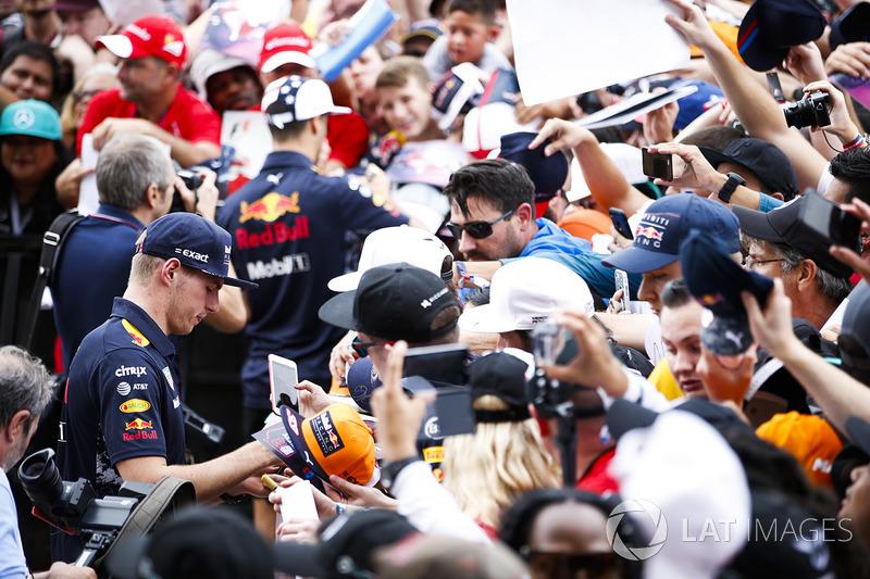 Макс Ферстаппен, Red Bull, роздає автографи