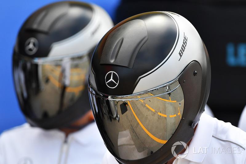 Mercedes AMG F1 mecánico con reflejo en el casco