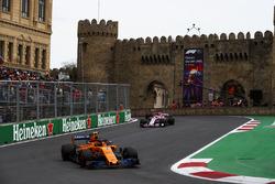 Stoffel Vandoorne, McLaren MCL33 Renault, Sergio Perez, Force India VJM11 Mercedes