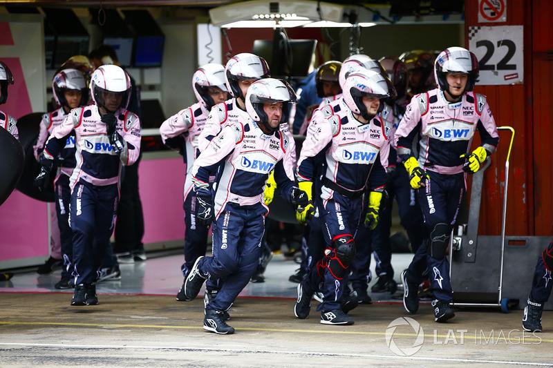 Mecánicos de Force India se preparan para una parada en boxes
