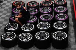 Mecánico de Red Bull Racing y llantas Pirelli