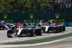 f1-hungarian-gp-2018-lewis-hamilton-mercedes-amg-f1-w09-leads-the-pack-in-the-first-corner Hamilton não enfrenta dificuldades e vence na Hungria Esportes