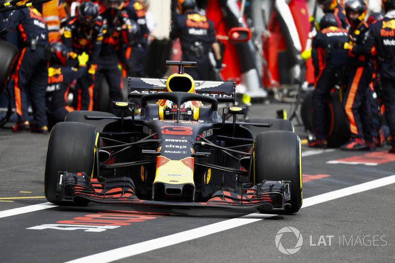 Daniel Ricciardo, Red Bull Racing RB14, sort des stands après un arrêt