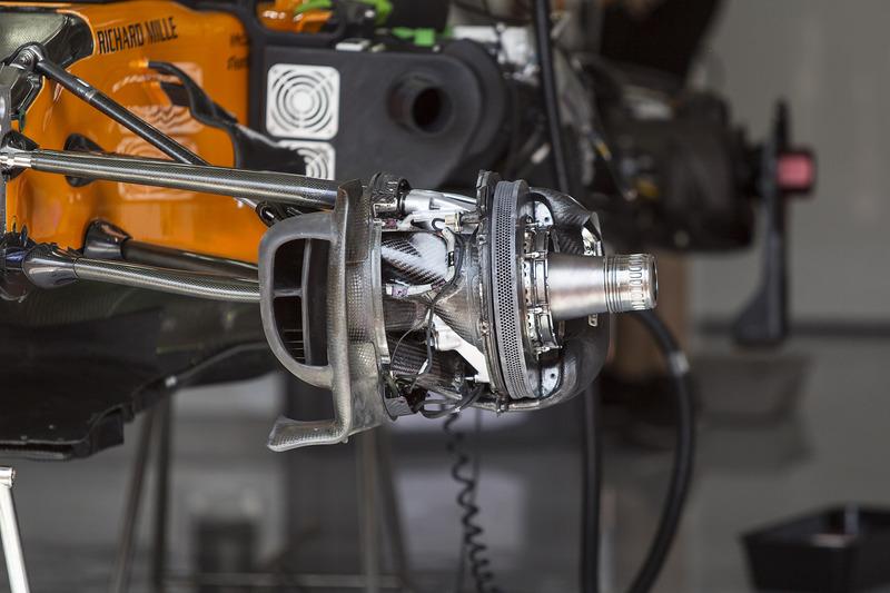 Un frein avant et un moyeu de roue de la McLaren MCL33
