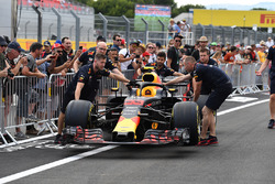 Red Bull Racing mechanics with Red Bull Racing RB14