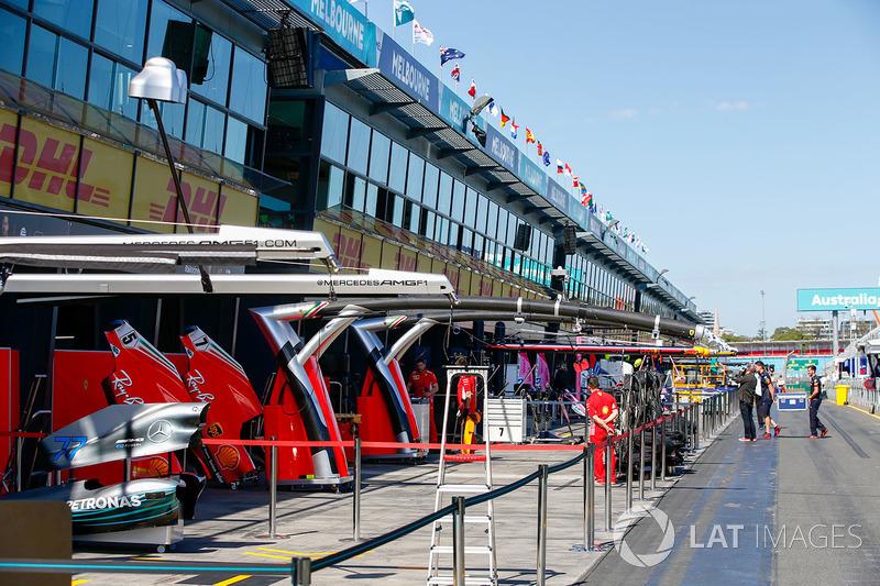 Les garages Mercedes AMG F1 et Ferrari garages dans la voie des stands