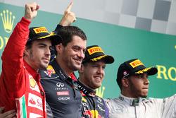 Podio: il vincitore della gara Sebastian Vettel, Red Bull Racing, il secondo classificato Fernando Alonso, Ferrari, il terzo classificato Lewis Hamilton, Mercedes AMG F1, Guillaume Rocquelin, ingegnere di pista Red Bull Racing