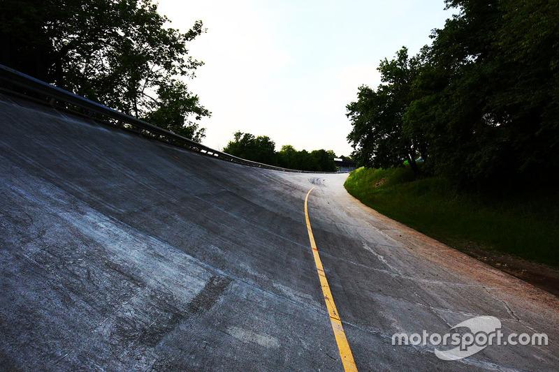 Помимо классической трассы, в Монце также есть овал, на котором проходили Гран При Италии 1955, 1956, 1960 и 1961 годов. Но после аварии Вольфганга фон Трипса в 1961 году гонок Ф1 на на нем больше не проводилось