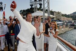 Tom Brady throws an American football