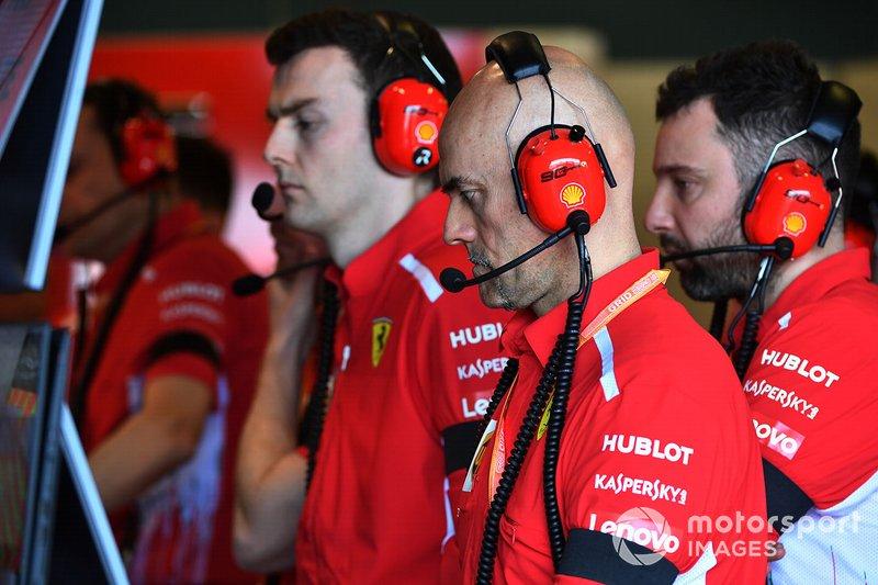 Personale della Ferrari a lavoro nel box