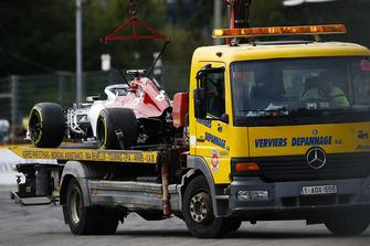 El coche de Charles Leclerc, Sauber C37, vuelve a boxes en un camión