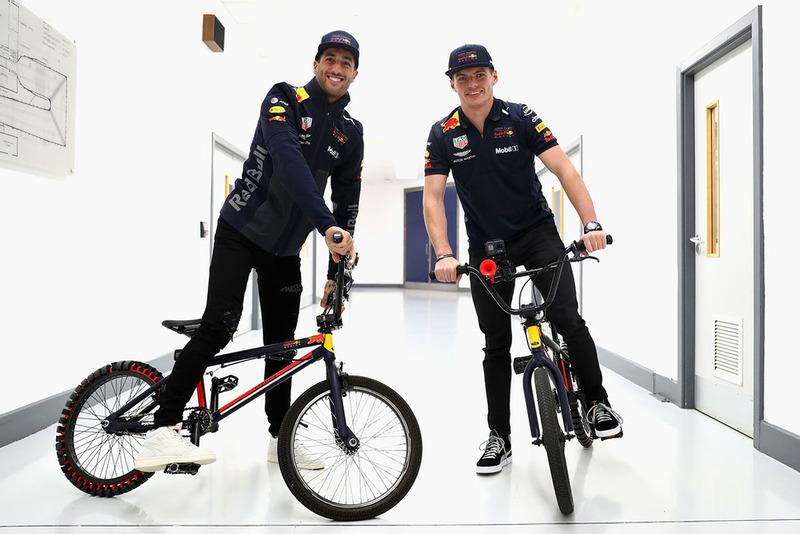 Max Verstappen, Red Bull Racing et Daniel Ricciardo, Red Bull Racing à vélo dans l'usine