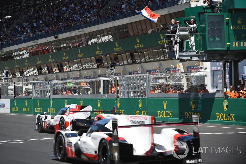 Chase Carey, PDG de la F1 agite le drapeau français pour donner le départ de la course