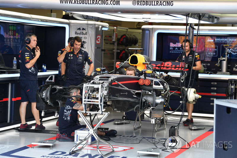 Red Bull Racing RB13, in der Garage