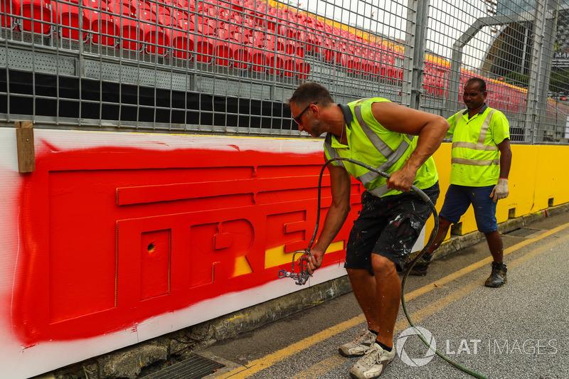 Arbeiter streichen die Streckenbegrenzungen
