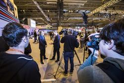 Жак Вильнёв дает интервью корреспонденту телеканала Sky Sports