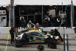 #28 Alegra Motorsports Porsche 911 GT3 R: Daniel Morad, Jesse Lazare, Carlos de Quesada, Michael de Quesada, Michael Christensen, pit action