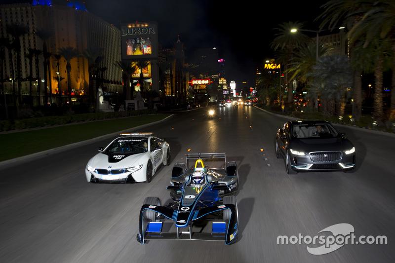 Sam Bird, DS Virgin Racing, lidera a Mitch Evans, Jaguar Racing in a I-Pace SUV concept car. Antonio Felix da Costa, Amlin Andretti Formula E Team, drives a BMW i8