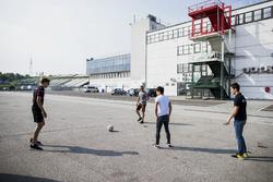 Fußball im Fahrerlager: George Russell, ART Grand Prix; Nirei Fukuzumi, ART Grand Prix; Jack Aitken, ART Grand Prix