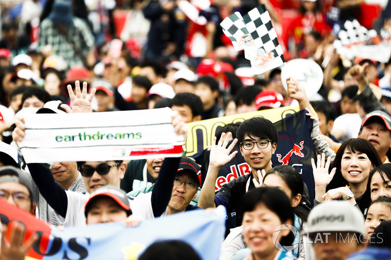 A huge gathering of fans at the F1 stage in the Fanzone