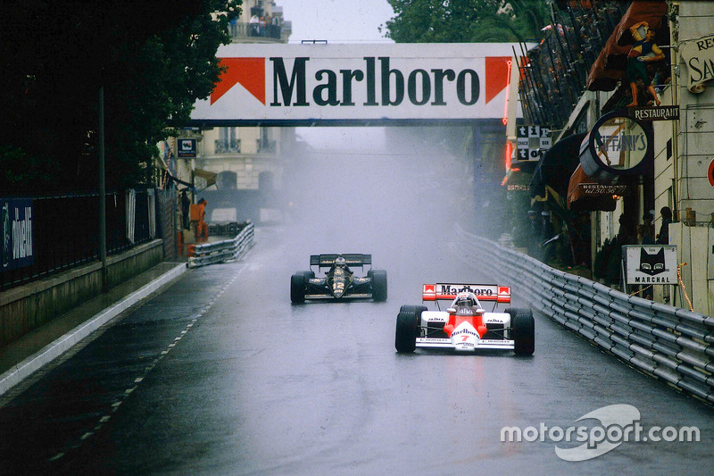 Alain Prost, McLaren MP4\2 TAG Porsche, en Mirabeau, seguido de Nigel Mansell, Lotus 95T Renault