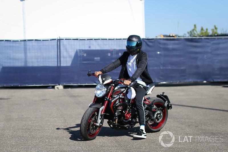 Льюіс Хемілтон, Mercedes AMG F1 W08 на мотоциклі MV Agusta Dragster RR LH44 Limited Edition