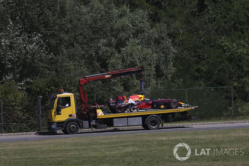 El coche de Daniel Ricciardo, Red Bull Racing RB13, es llevado al garaje