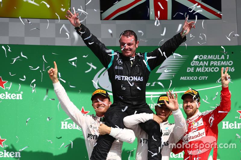 المنصة: الفائز بالسباق لويس هاميلتون، مرسيدس، المركز الثاني نيكو روزبرغ، مرسيدس، المركز الثالث سيباس