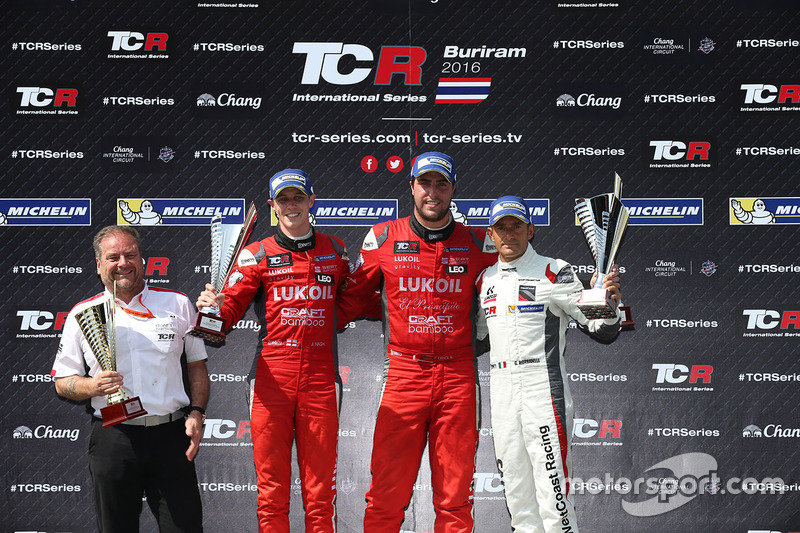 Podio: il vincitore Pepe Oriola, SEAT Leon, Team Craft-Bamboo LUKOIL, il secondo classificato James Nash, Team Craft-Bamboo, SEAT León TCR, il terzo classificato Gianni Morbidelli, Honda Civic TCR, West Coast Racing