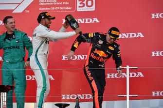 Matt Deane, Chief Mechanic Mercedes AMG F1, Lewis Hamilton, Mercedes AMG F1 e Max Verstappen, Red Bull Racing, festeggiano sul podio, con lo champagne