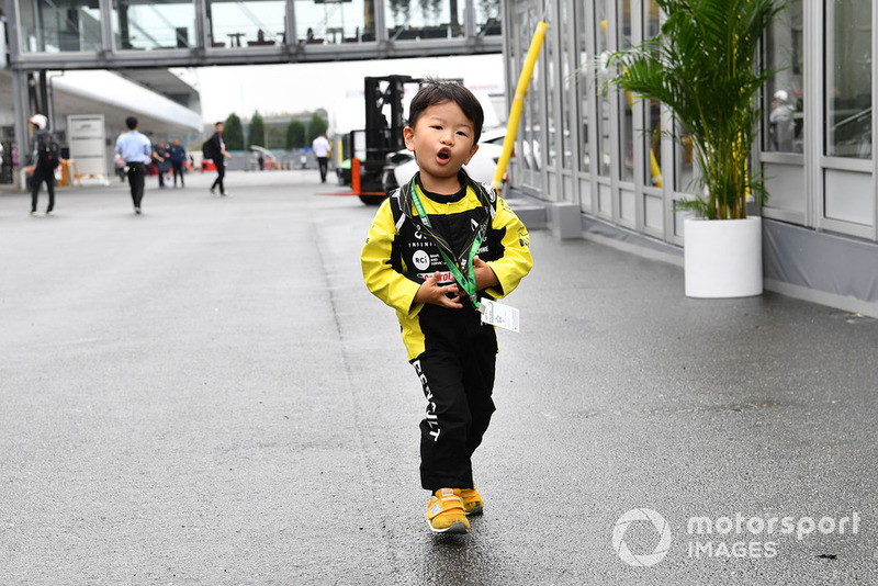 Young Renault Sport F1 Team fan