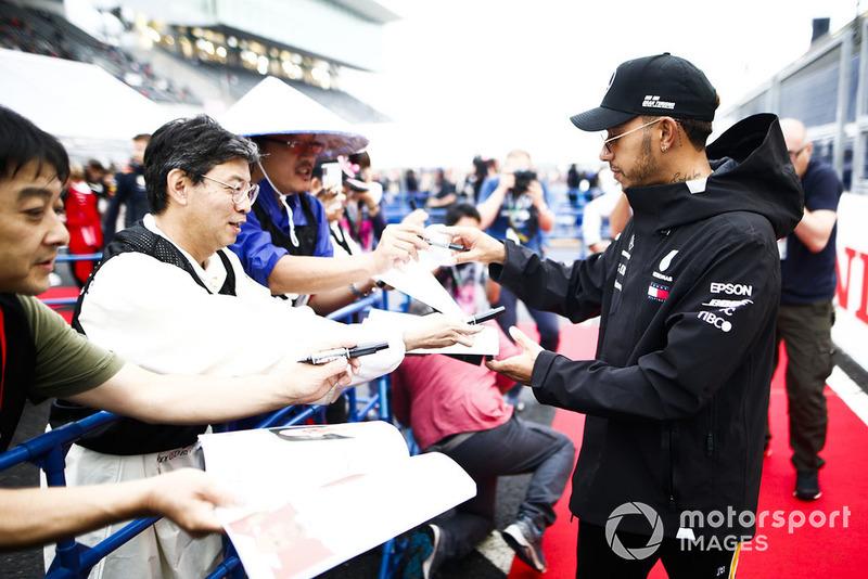 Lewis Hamilton, Mercedes AMG F1, firma un autografo