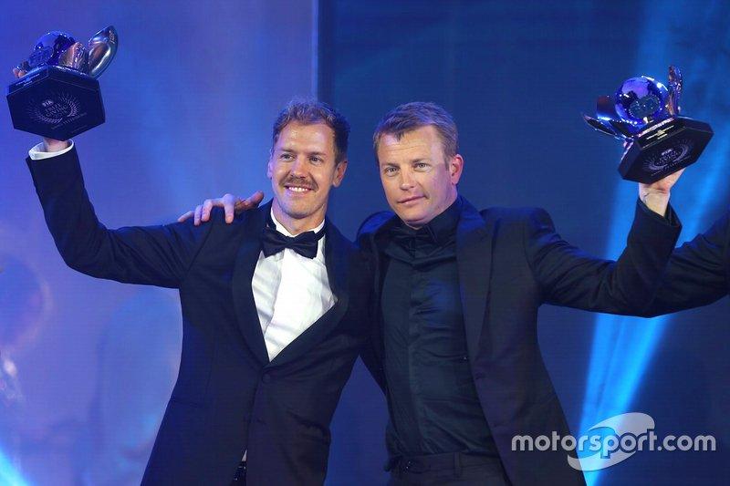 Себастьян Феттель и Кими Райкконен с трофеями за второе и третье места в чемпионате мира Ф1