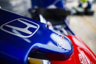 Логотип Scuderia Toro Rosso на носовом обтекателе автомобиля