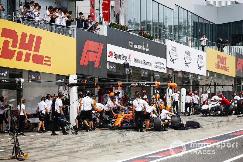 Fernando Alonso, McLaren MCL33, practica pitstops