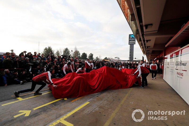 Механіки Alfa Romeo Racing з новою машиною C38