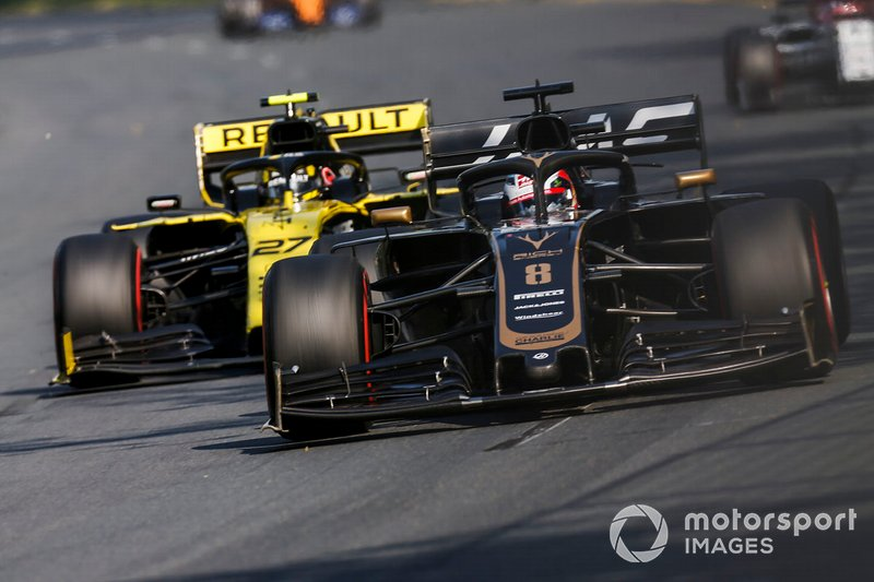 Romain Grosjean, Haas F1 Team VF-19, precede Nico Hulkenberg, Renault R.S. 19