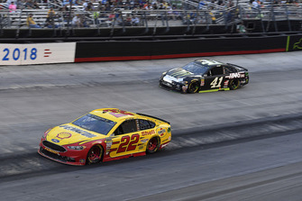 Joey Logano, Team Penske, Ford Fusion Shell Pennzoil and Kurt Busch, Stewart-Haas Racing, Ford Fusion Monster Energy / Haas Automation