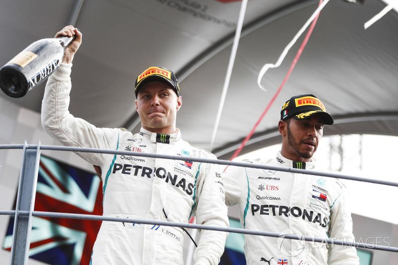 Valtteri Bottas, Mercedes AMG F1, tercero, y Lewis Hamilton, Mercedes AMG F1, celebran en el podio