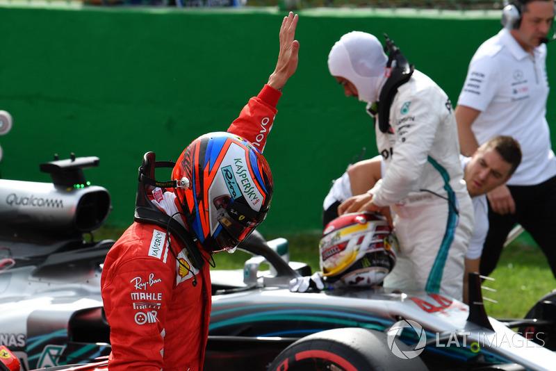 Il polesitter Kimi Raikkonen, Ferrari, festeggia
