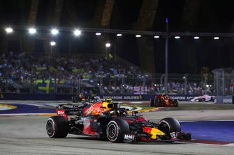Max Verstappen, Red Bull Racing RB14, Valtteri Bottas, Mercedes AMG F1 W09 EQ Power+, y Kimi Raikkonen, Ferrari SF71H