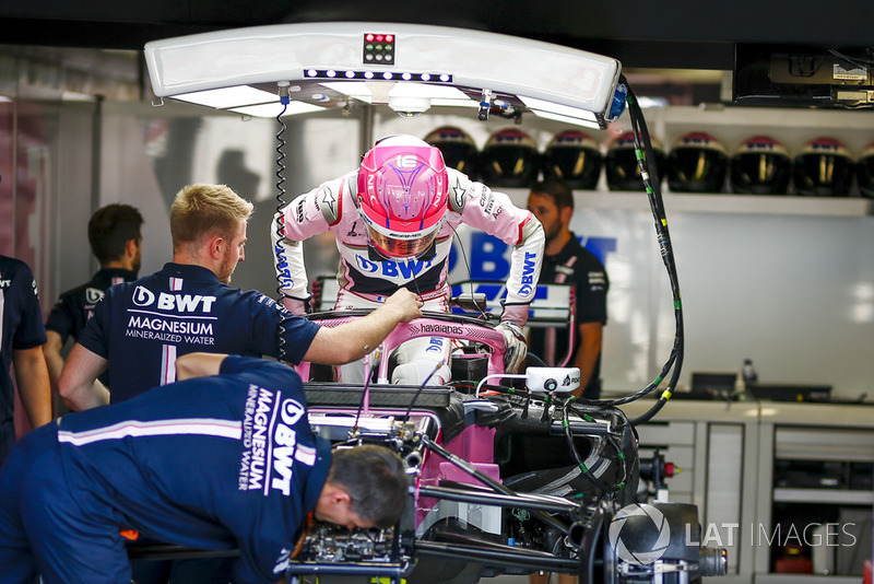 Esteban Ocon, Racing Point Force India F1 Team monte dans sa voiture