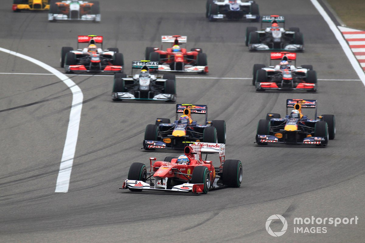 Fernando Alonso, Ferrari F10 leads at the start