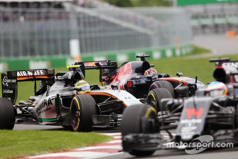 Sergio Perez, Sahara Force India F1 VJM09 e Daniil Kvyat, Scuderia Toro Rosso STR11 lottano per la posizione