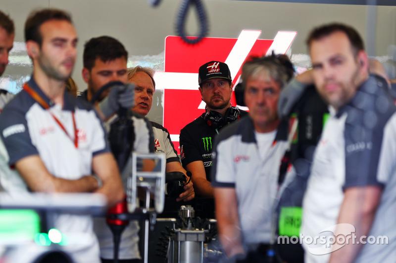 Kurt Busch, NASCAR Driver en el pit de Haas F1 Team con Gene Haas, Presidente de Haas Automotion